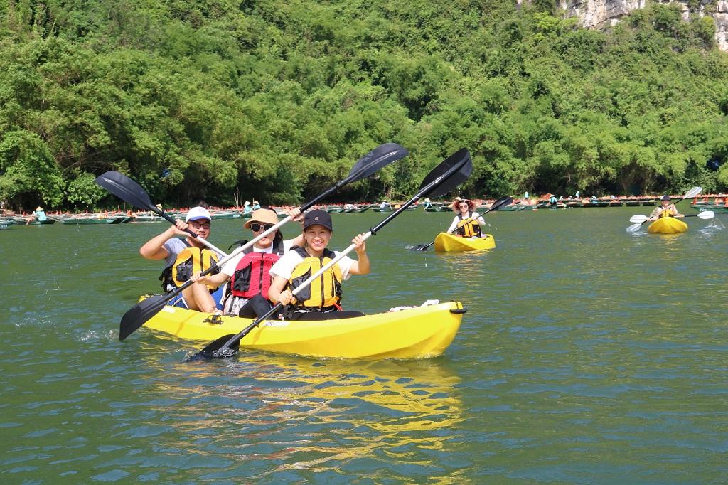 Experiencing kayak sailing service in Trang An