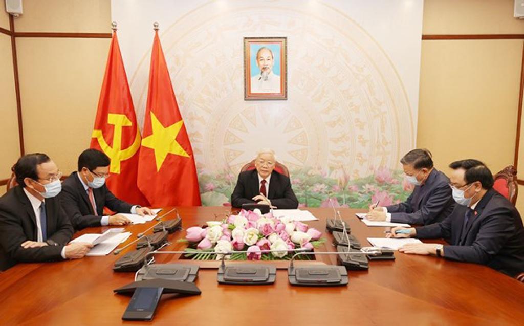 Top leaders of Vietnam, Laos hold phone talks