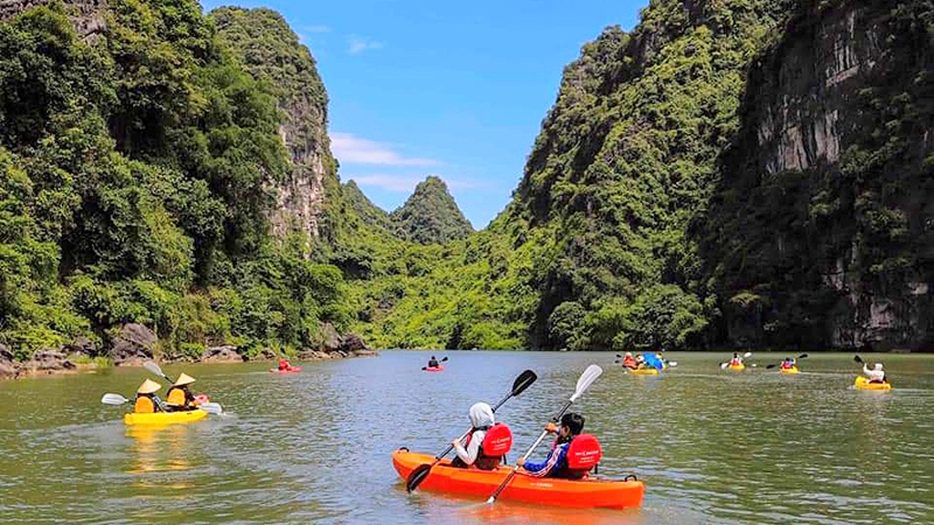 Kayaking service rolls out new way to discover Trang An complex
