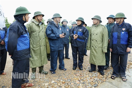 Deputy Head of Natitonal Committee for flood and storm prevention inspects preparation for storm in Ninh Binh