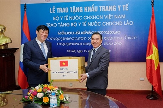 Vietnam presents Laos 200 000 face masks