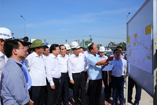 Deputy PM inspects site clearance of Cao Bo Mai Son expressway project