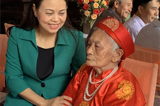 Provincial leaders visit the elderly person