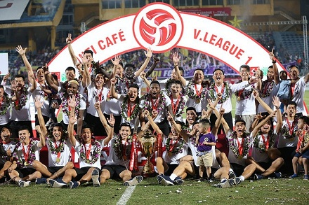 Hanoi FC lift 2018 V.League trophy in complete joy