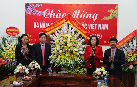 Provincial leaders visit and congratulate medical officials on Vietnamese Doctors' Day