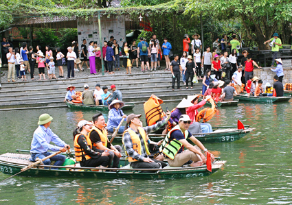 Over 450,600 visitors flock to Ninh Binh on holiday