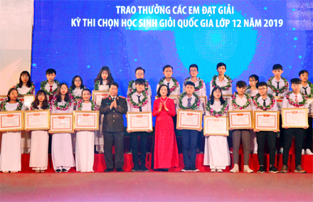 Dinh Bo Linh study encouragement fund grants scholarship to students, athletes in Ninh Binh