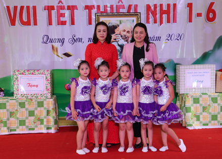 Secretary of Provincial Party Committee presents gifts to children